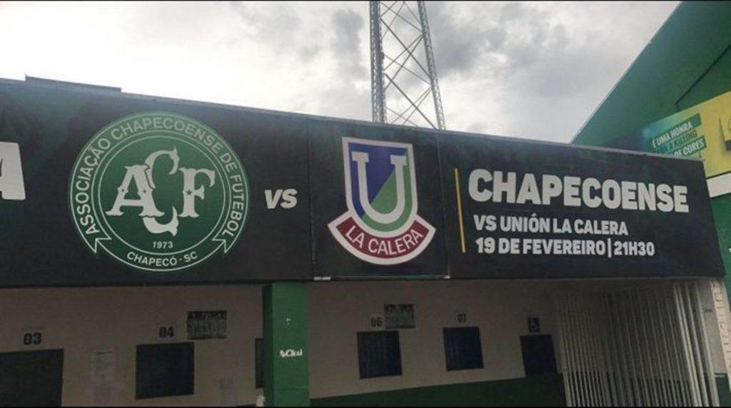 Chapecoense utilizó la tradicional insignia de Unión La Calera en su estadio